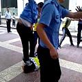 發生在5月31日下午,陜西延安劉姓老闆被城管打倒在地,一名很胖的城管雙腳跳起,猛跺他的頭。