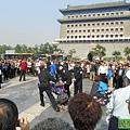 山東訪民李玉10月3日在天安門廣場南面的前門大街附近點燃鞭炮喊冤被警察和便衣人員拷走。(民生觀察)