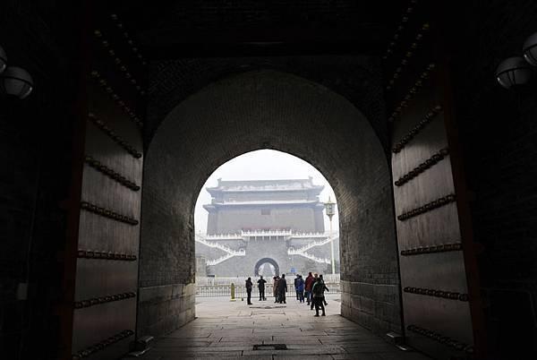 中共高層公開分裂加劇並向地方蔓延,近日,中共的群眾路線教育實踐活動領導小組印發通知,稱要堅決反對和糾正「表面一團和氣、實際上相互較勁設防的假團結」。圖為,北京天安門附近城樓。(WANG ZHAO/AFP/Getty Images)