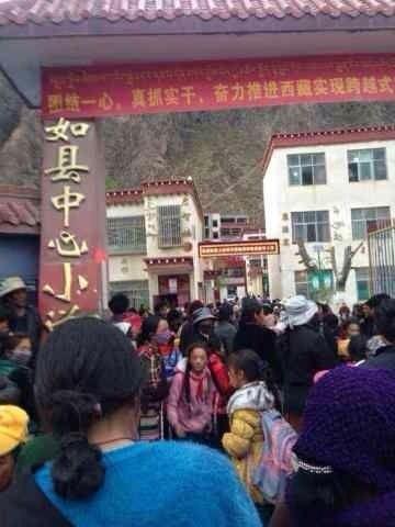 近期,西藏那曲地區比如縣數千學生舉行大規模抗議示威,拒絕參與中共當局所謂的「愛國愛黨教育運動」,最後學生被開除,引發當地民眾不滿。(西藏之聲)