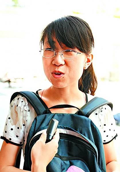 李同學(法律系內地生): 「港大是國際化大學,英語很重要,加上大陸有很多人懂英語,新校長不懂中文不是障礙。新校長應該促進港大發展,向國際學生提供更多資源。」