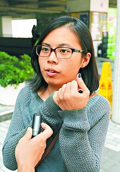馮同學(護理系): 「盧寵茂言論有啲荒謬、唔恰當,唔識中文唔等於無能,我哋可以用英文同佢溝通。」