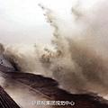 受強颱風「菲特」的影響,錢江大潮非常凶猛。10月6日,錢塘江丁橋舊倉段掀起10多米高的巨浪。(網絡圖片)