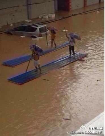 瑞安人民,龍舟也用上了,菲特颱風過後一片狼狽。(網絡圖片)