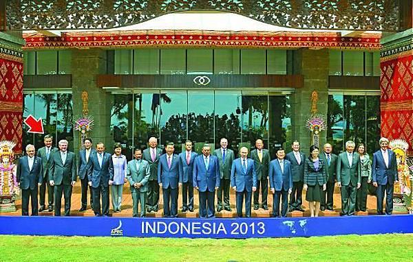 APEC領導人昨於峇里拍攝大合照,梁振英(箭嘴示)站在後排最側的位置。政府新聞處圖  片