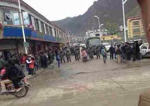 中共當局派遣大量軍警和軍車分批進駐比如縣各鄉各村,在主要通道上設卡檢查。(藏人行政中央官方網)