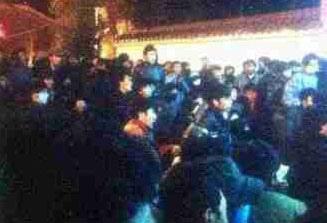 9月28日晚上7點,上千當地藏人到比如縣政府前進行絕食抗議,要求當局釋放所有被捕的藏人。(藏人行政中央官方網)