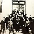 國父孫中山先生與總統府職員合影(1911年1月)。(國父紀念館/國民黨文傳會)