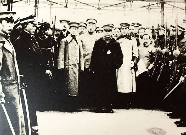 上海各界代表在車站恭送國父孫中山先生赴寧就任中華民國臨時大總統時留影(1911年1月1日)。(國父紀念館/國民黨文傳會)