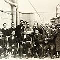 國父孫中山先生返國經香港時與歡迎人員與船上合影(1910年11月2日)。(國父紀念館/國民黨文傳會)