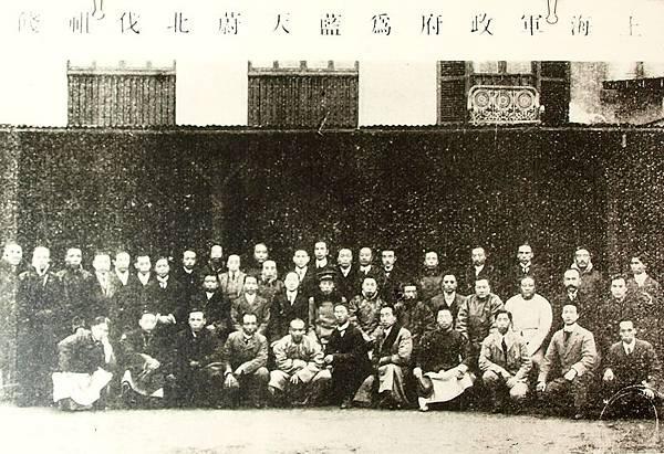 滬軍都督陳其美在上海歡送北伐軍第二軍總司令藍天蔚出發赴山東煙台合影(1910年)。(國父紀念館/國民黨文傳會)