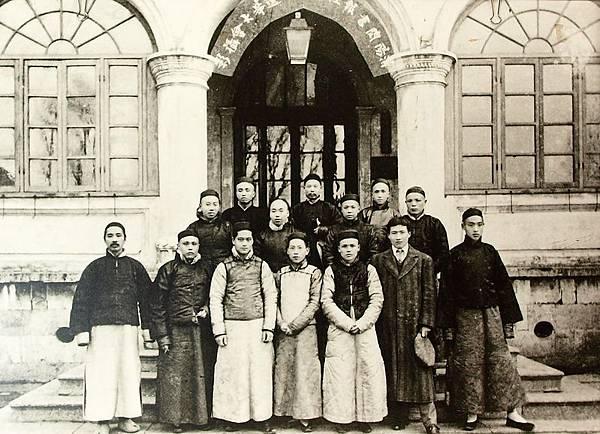 在九江從事革命宣傳活動的「潯陽閱書報社」主要幹部合影,前排左一林森、六吳鐵城。(國父紀念館/國民黨文傳會)