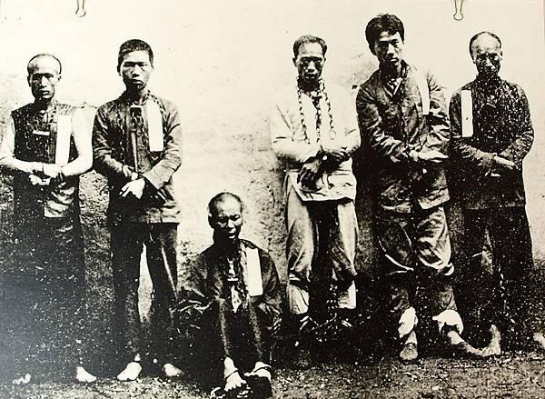329廣州之役失敗後被捕不屈的革命志士,右起陳亞才、宋玉琳、韋雲卿、徐滿凌、梁緯、徐亞培等先烈(1910年3月)。(國父紀念館/國民黨文傳會)