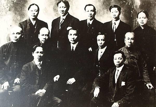 國父孫中山先生在加拿大卡加技利埠與僑胞合影(1910年2月)。(國父紀念館/國民黨文傳會)