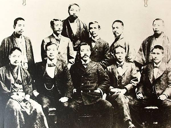 國父孫中山先生、楊衢雲與日本友人合影(1896年冬)。(國父紀念館)