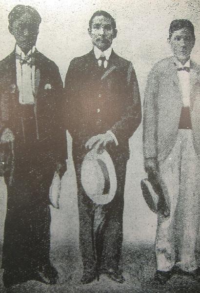 國父於第一次起義失敗後,偕陳少白等人流亡日本,三人剪去髮辮,改穿西服,以示革命決心。(鍾元翻攝/大紀元)