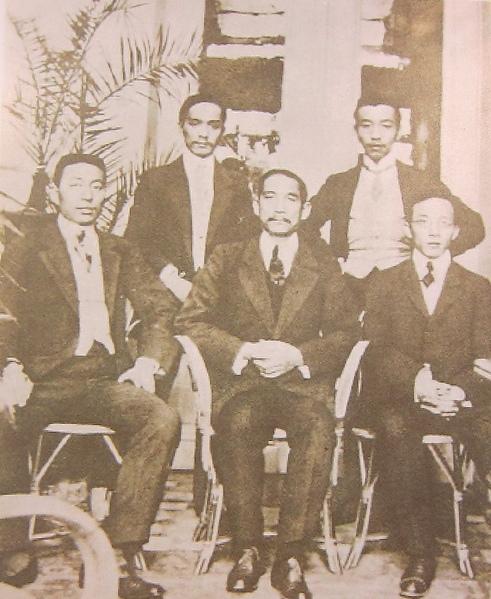 1908年國父赴比利時組織革命團體時,與當地學生合影。(鍾元翻攝/大紀元)