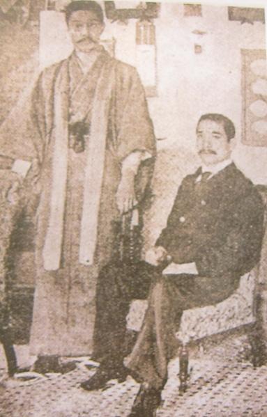 國父與菲律賓革命志士獨立軍代表彭西合影,雙方互結同盟,協助彼此之革命事業。(鍾元翻攝/大紀元)