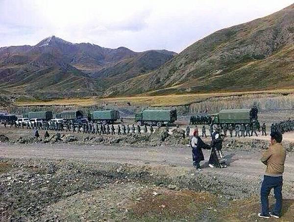 日前,西藏那曲地區比如縣藏人抗議中共當局洗腦教育示威,遭到當局開槍血腥鎮壓,目前當地局勢持續惡化。圖為10月6日,中共軍警抵達那曲比如縣達塘鄉境內展開鎮壓行動。(自由亞洲電台)