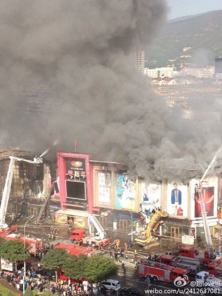 石景山蘋果園東口喜隆多商場大火連燒了7小時。(網絡圖片)