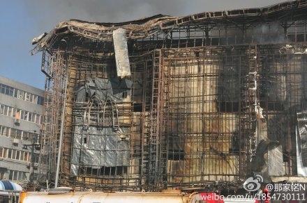 10月11日下午,廣東深圳羅湖區春風路正順廣場附翼頂發生火災,火災現場火光沖天,濃煙滾滾,一公里外都可以看見黑煙。(網絡圖片)