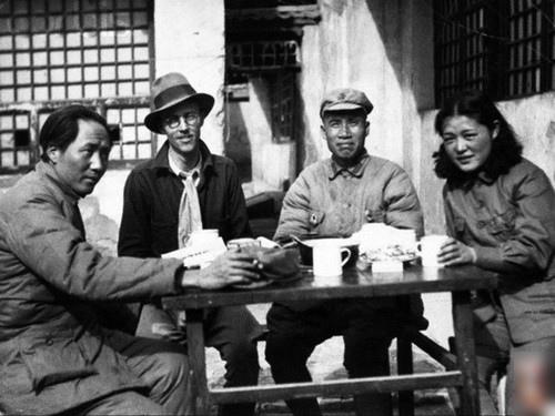 吳莉莉(右)和毛澤東、朱德。
