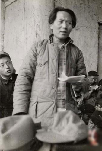 延安早期的毛澤東在講話。毛眉頭緊皺,眼光歪斜,流露出一種邪惡和兇殘。