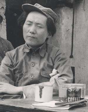 毛澤東在延安早期舊照。毛眉頭緊皺,歪戴帽子,頭髮很長,顴骨突出,兩頰凹陷,一副憊懶無賴的樣子。