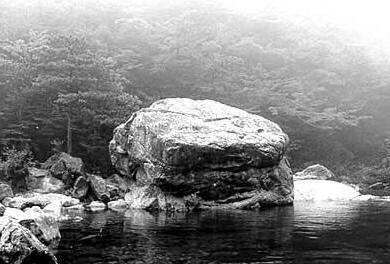 前蘇聯普列謝耶湖東北處,有一塊能夠自行移動位置的石頭。該石呈藍色,直徑近1.5米,重達數噸,近300年來它已經數次變換過位置。