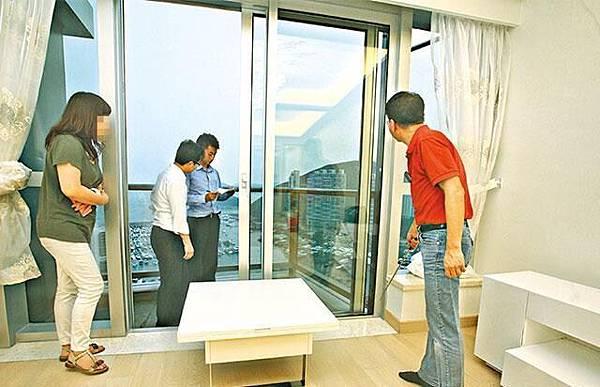 屋苑內有多個業主發現牆腳發霉問題,驗樓師(右)指部份單位是因露台趟門滲水入屋所致。