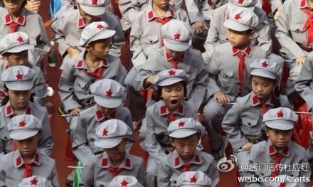 廣州四所小學成了首批「紅軍學校」,中共前外交部長李肇星等出席授旗授牌活動。學生們身上穿的、頭上戴的、脖子上圍的、手裡舉的皆為紅色,人人沒精打采,百般無奈,表情各異,引起網絡極大反彈。(網絡圖片)