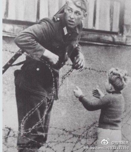 前東德士兵偷偷放一個孩子,讓他和家人團聚。(網絡圖片)