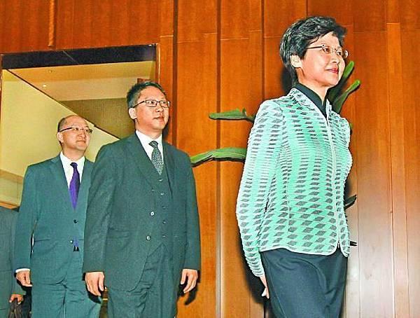 林鄭月娥自稱在政制發展上是「生手」,會與袁國強(中)及譚志源(左)緊密合作。謝榮耀攝