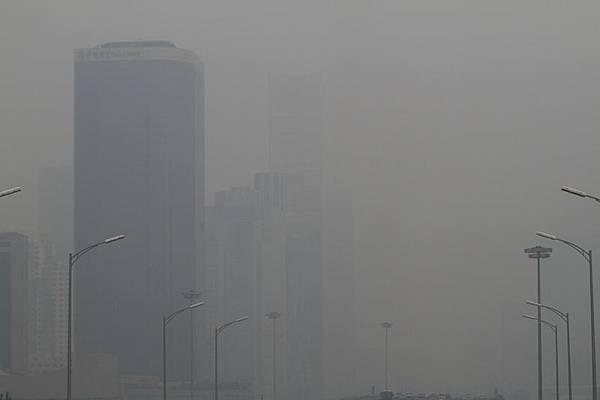 今年十一期間,北京遭遇霧霾圍城,三環路國貿橋能見度變低,空氣質量差,周邊建築物隱在霧霾中。(大紀元資料室)