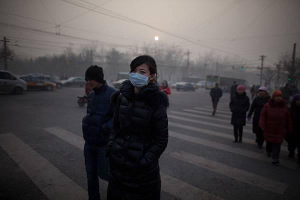 2012年1月12日,北京空氣中的PM2.5顆粒濃度達到或接近最大值500,被視為極度有害。(Ed Jones/AFP)
