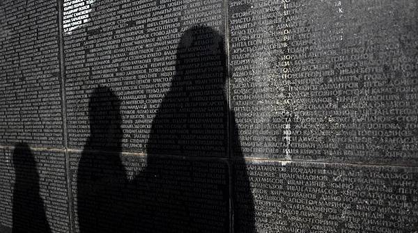 以「階級鬥爭、暴力革命、和無產階級專政」為中心的共產黨教義,充滿了暴力和謊言。圖為保加利亞群眾在一面刻有被共產黨殺害人名的紀念碑前哀悼。(Getty Images)