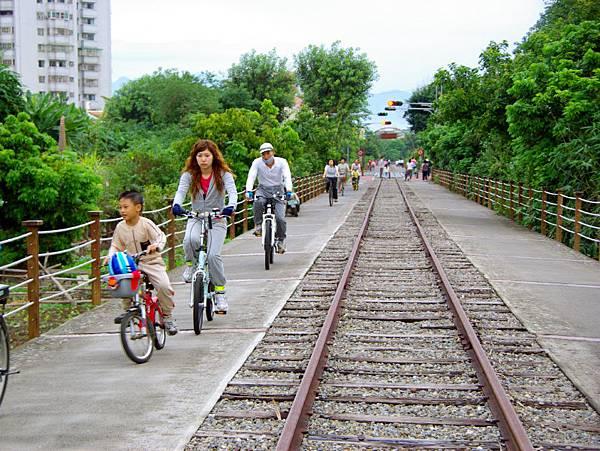 全家出遊可騎車的不搭車,騎自行車增加運動量,幫助分解多餘熱量。可減肥免去糖尿病發部分因素。 (攝影:王嘉益 / 大紀元)
