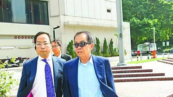 簡炳墀(右)昨午由兩名兒子陪同到庭,其後被即時收監。李忠浩攝