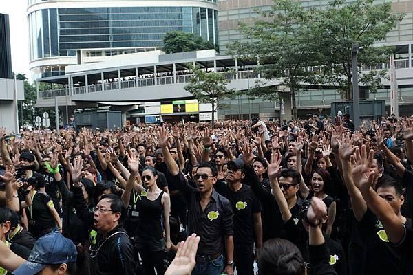 香港電視網絡被梁振英政府拒發免費電視牌照事件,引起全港市民憤怒,引發12萬人上街遊行,抗議政府黑箱作業。部份遊行人士甚至通宵留守政總,更擬月底舉行全港「熄電視日」罷看電視。