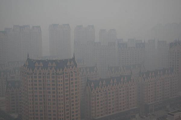 10月20日,黑龍江省會哈爾濱供暖第一天,當日霧霾天氣嚴重,黑龍江哈達高速因能見度低,造成多車連撞,哈爾濱市多地PM2.5指數「爆表」。(大紀元資料室)