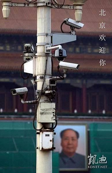 畏民甚於虎,中共崩潰了,北京天安門廣場燈柱上驚人一幕