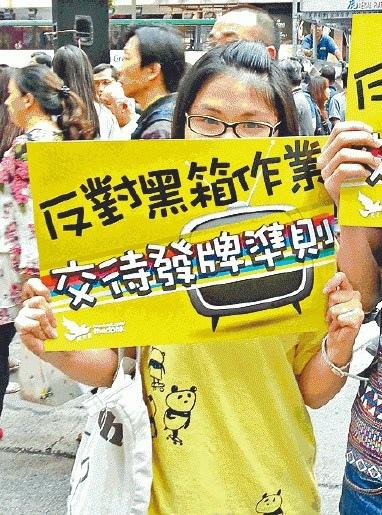 黃小姐期望梁振英改變香港,但政府的決定令她醒覺要上街。