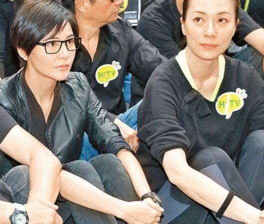 蒙嘉慧(左)、張可頤在政府總部外靜坐。(網絡圖片)