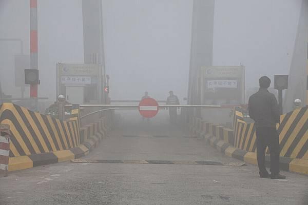 2013年10月22日,吉林省吉林市,吉(吉林)草(遼寧草市)高速吉林西收費站封閉,車輛在等待霧散放行。(大紀元資料室)