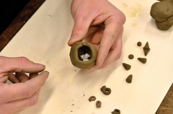 依據CT掃描數據,科學家們可以嘗試復原粘土球。這張照片顯示,東方研究所的 Brian Zimerle正在創造一個現代的標記粘土球。(Credit: Courte