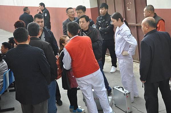 10月22日,中國各地四大銀行數千名下崗職工繼續在北京請願,但遭到當局的打壓。(志願者提供) (記者古清兒報導)