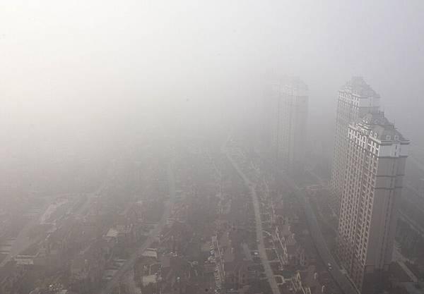 大陸東北地區連續數天籠罩在重度霧霾中,空氣5米之外看不清人,猶如世界末日來臨。(CHINA OUT AFP PHOTO)