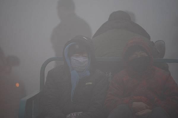 圖為籠罩在一片令人窒息的霧霾之中的哈爾濱,空氣品質遭到嚴重污染。(CHINA OUT AFP PHOTO)