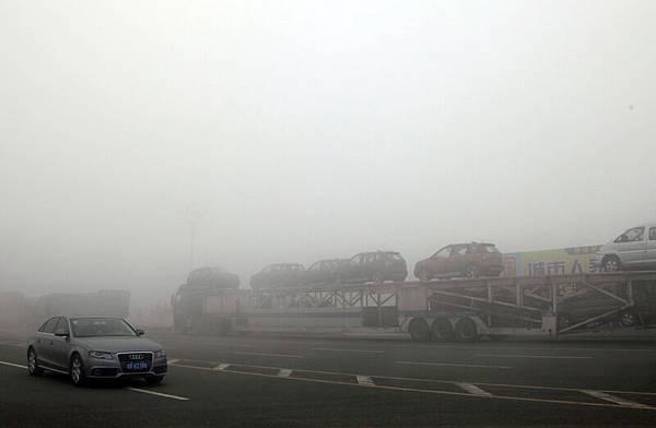 圖為籠罩在一片令人窒息的霧霾之中的哈爾濱。(CHINA OUT AFP PHOTO)