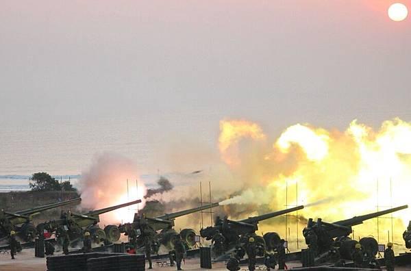 金門重砲實彈射擊演習23日清晨在金寧鄉后湖海邊舉行,一五五加農砲發射後,現場火光、硝煙四散。(中央社)